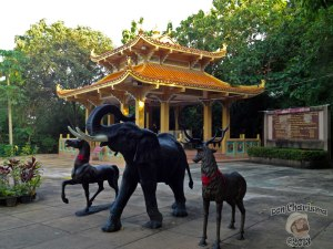 DonCharisma.org Chinese pagoda And Animals - Big Buddha Hill