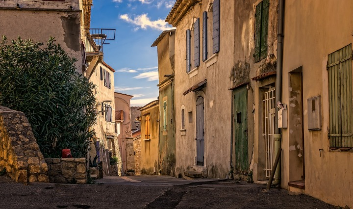 alley,historic center,historically,old,france,architecture,old building,old house,facade,empty,old houses,masonry,house facade,rustic,shutter,fos-sur-mer,DON CHARISMA